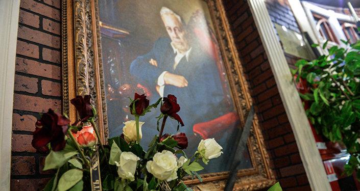 Цветы у портрета народного артиста СССР режиссера Эльдара Рязанова, установленного в фойе киноклуба Эльдар