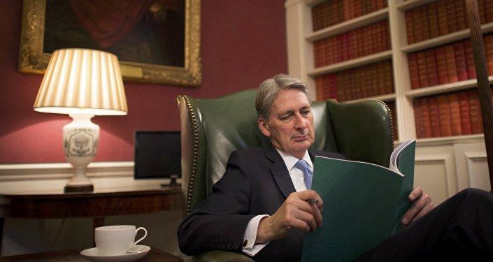 Канцлер казначейства Великобритании Филип Хэммонд знакомится в своем кабинете с ежегодным отчетом о текущем исполнении бюджета – Осенним заявлением, Лондон, 22 ноября 2016 года