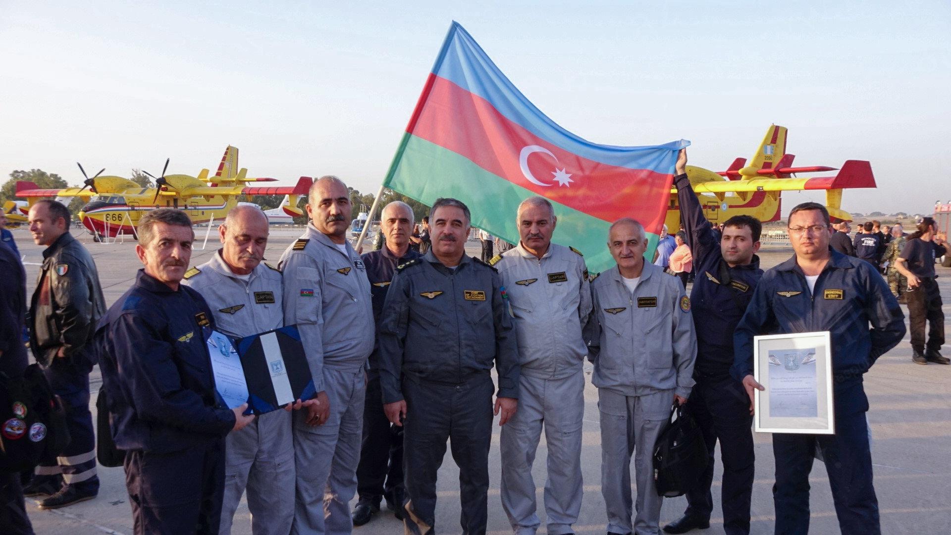 Министр внутренней безопасности Израиля Гилад Эрдан  с сотрудниками МЧС Азербайджана, участвовавшими в тушении пожаров в Израиле