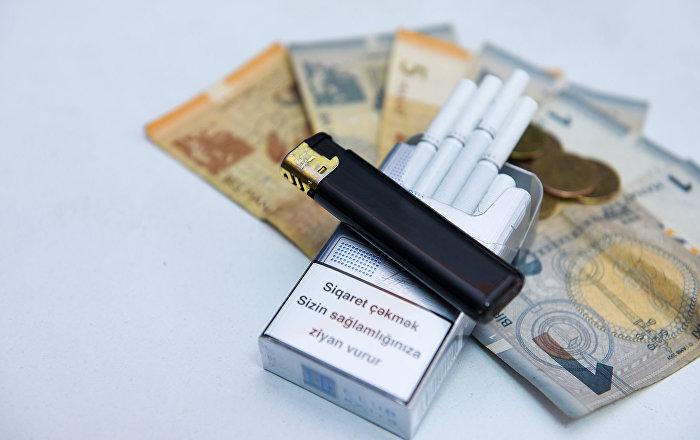 Пачка сигарет и азербайджанские манаты, фото из архива