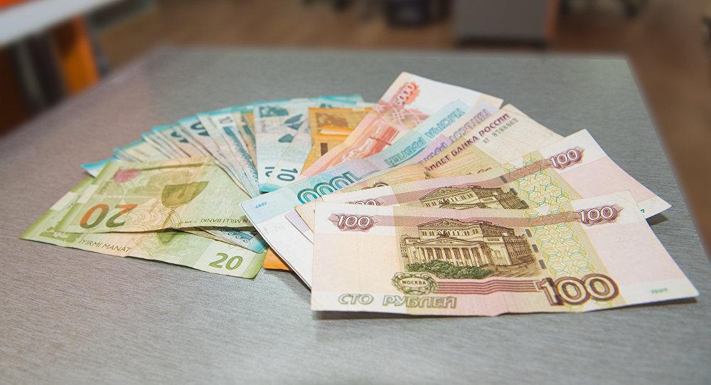 Манаты и рубли разных номиналов