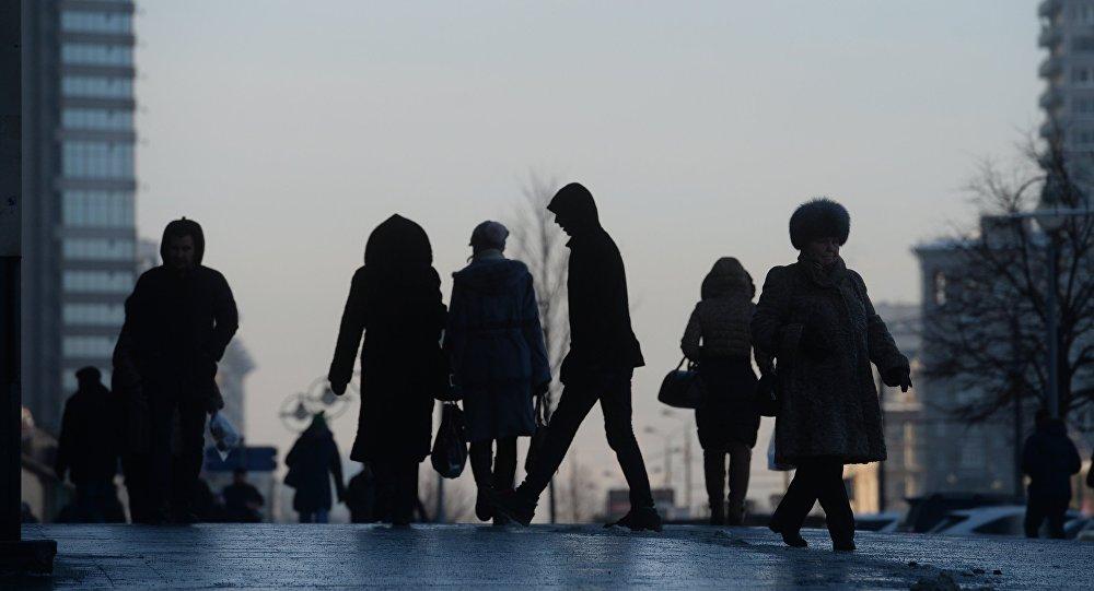 Люди на улице, фото из архива