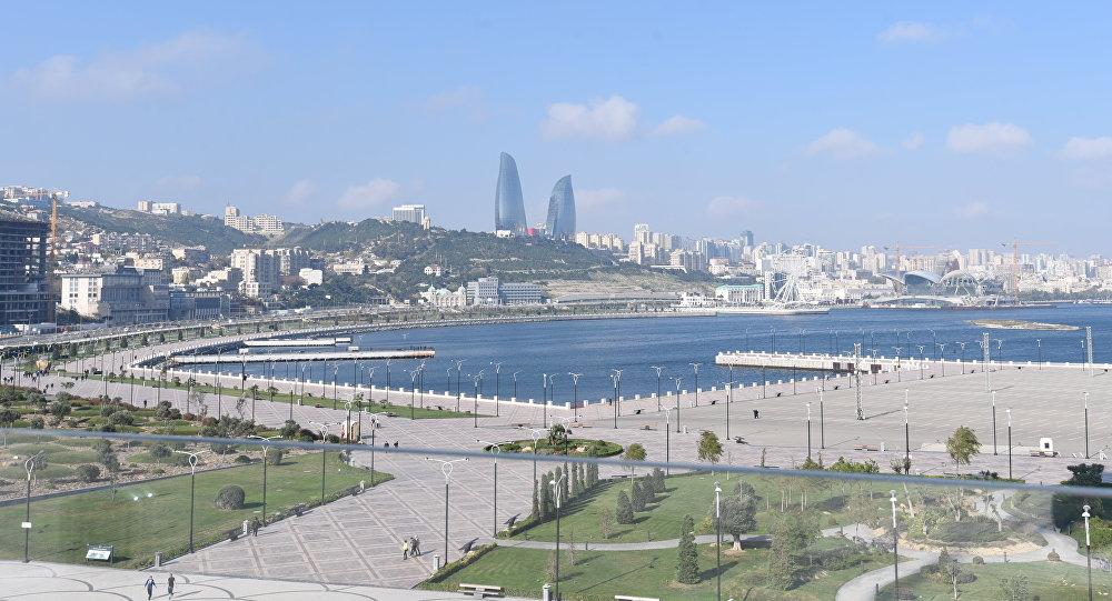 Вид на архитектурный комплекс Башни Пламени в Баку, фото из архива