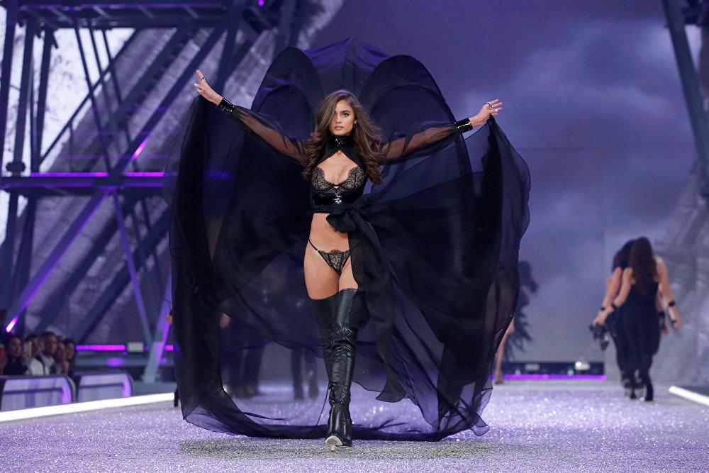 Последние блоки шоу – классический Victoria's Secret как он есть – баллада об ультрасексуальном белье в трех частях: Dark Angel, Secret Angel и Bright Night Angel