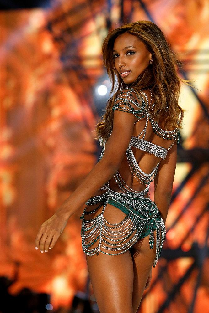 Жасмин Тукс, которой в этом году выпала честь представлять Fantasy Bra, собранный из изумрудов и бриллиантов на сумму в 3 миллиона долларов