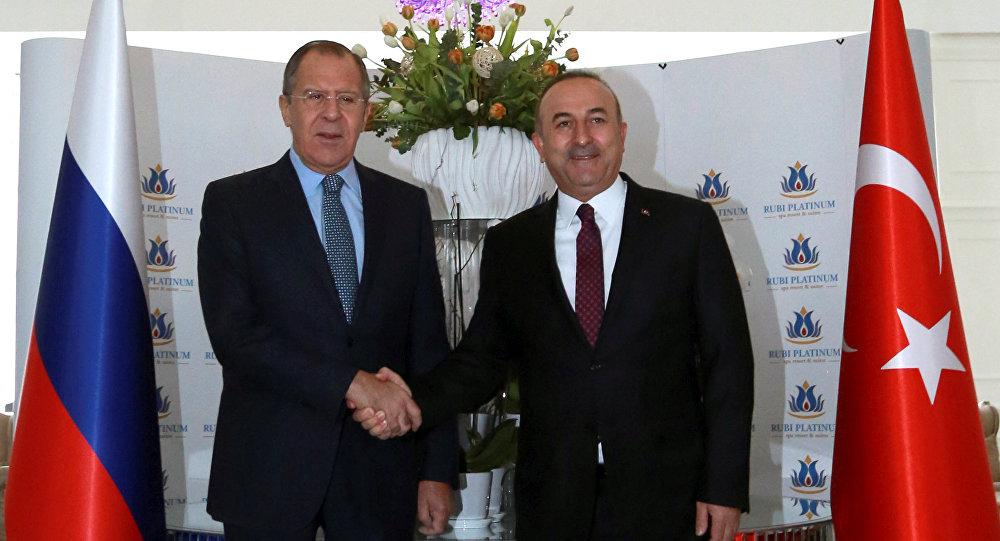 Министр иностранных дел Турции Мовлут Чавушоглу (справа) со своим российским коллегой Сергеем Лавровым