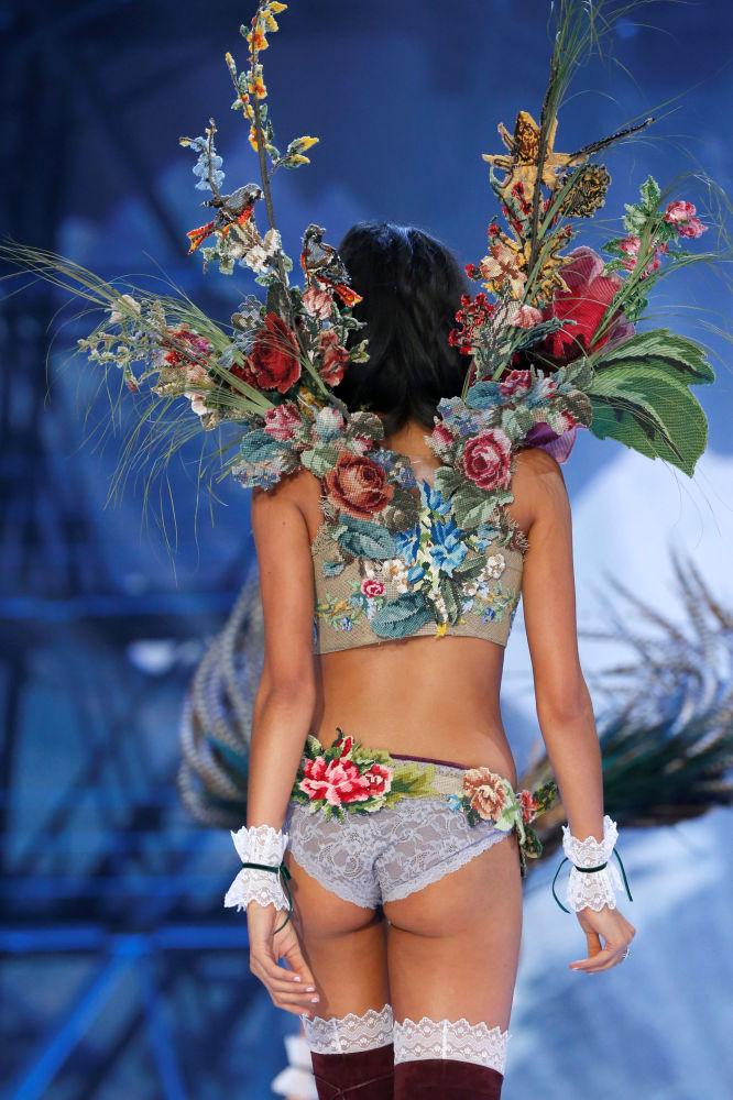 Модель на показе мод в рамках шоу Victoria's Secret 2016 в Париже