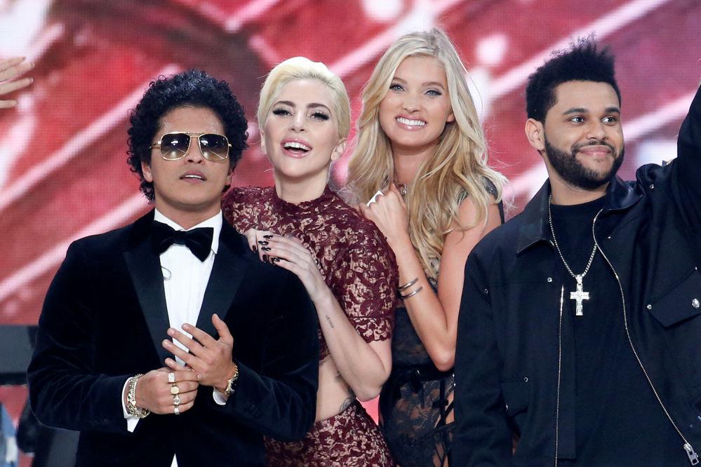 Музыканты Бруно Мрас, Леди Гага и The Weeknd с моделью Эльза Хоск после показа мод в рамках шоу Victoria's Secret 2016 в Париже