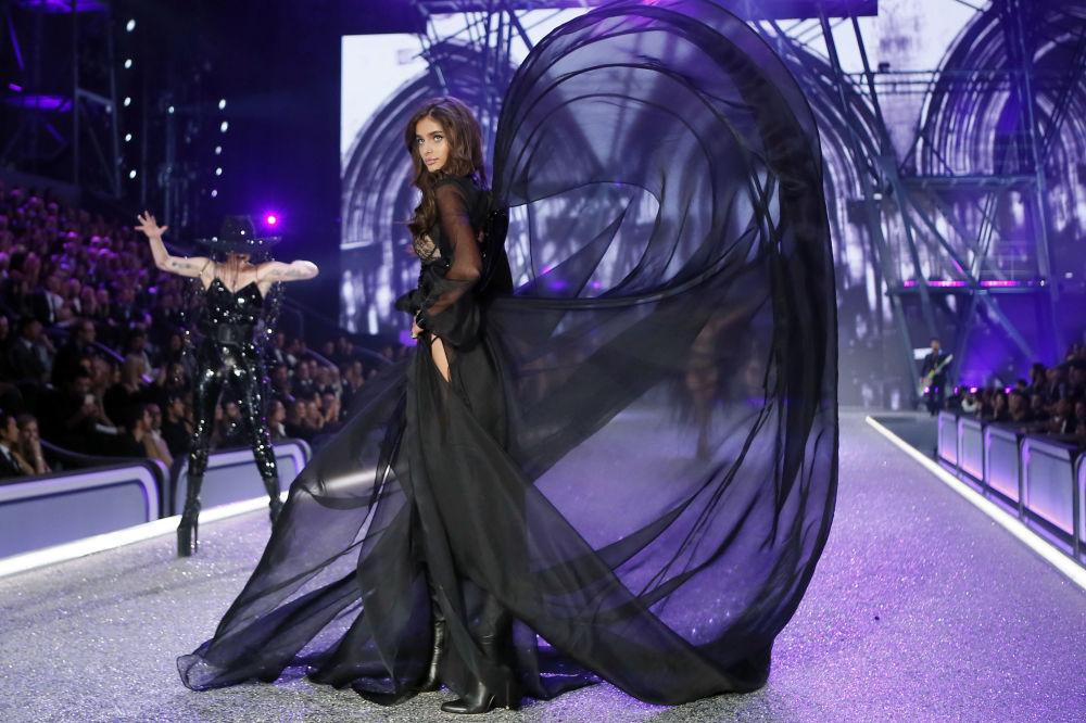 Модель Тейлор Хилл на показе мод в рамках шоу Victoria's Secret 2016 в Париже