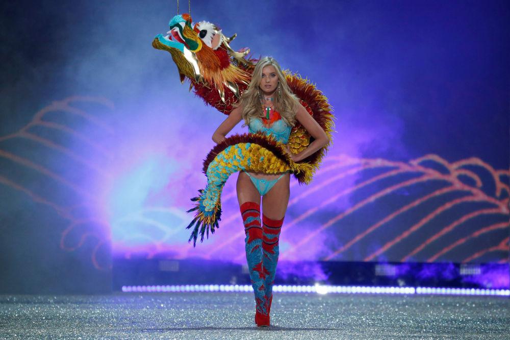 Модель Эльза Хоск на показе мод в рамках шоу Victoria's Secret 2016 в Париже