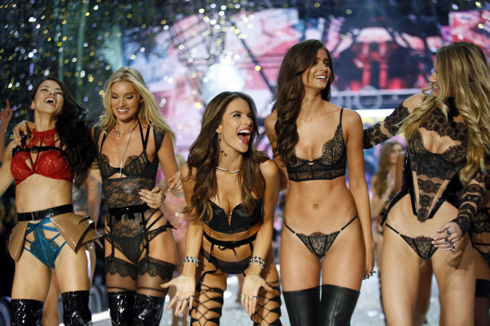 Модели на показе мод в рамках шоу Victoria's Secret 2016 в Париже