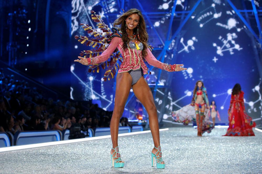 Модель Жасмин Тукс на показе мод в рамках шоу Victoria's Secret 2016 в Париже