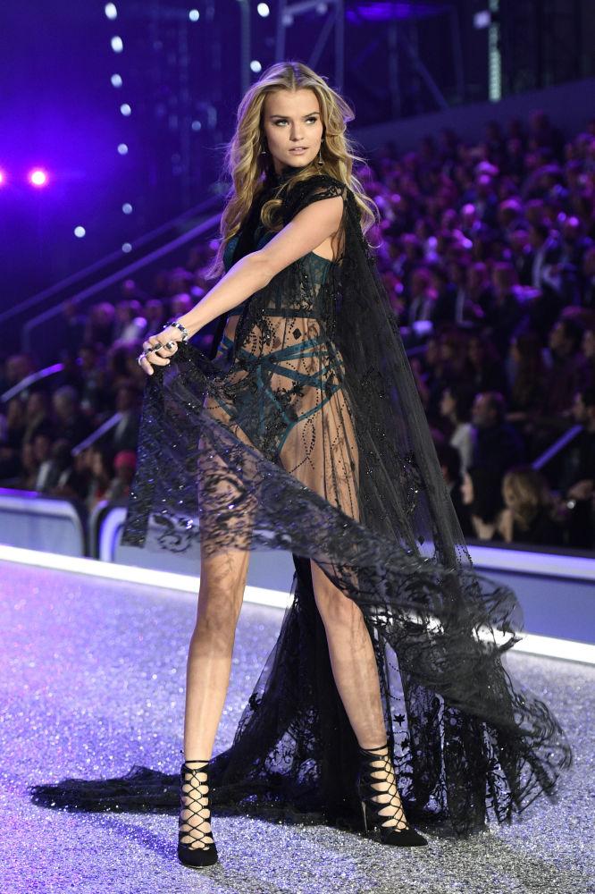Российская модель Екатерина Григорьева на показе мод в рамках шоу Victoria's Secret 2016 в Париже