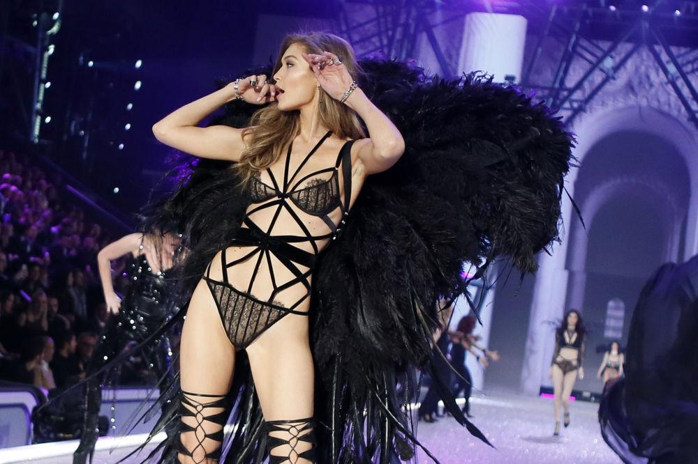 Модель Джиджи Хадид на показе мод в рамках шоу Victoria's Secret 2016 в Париже