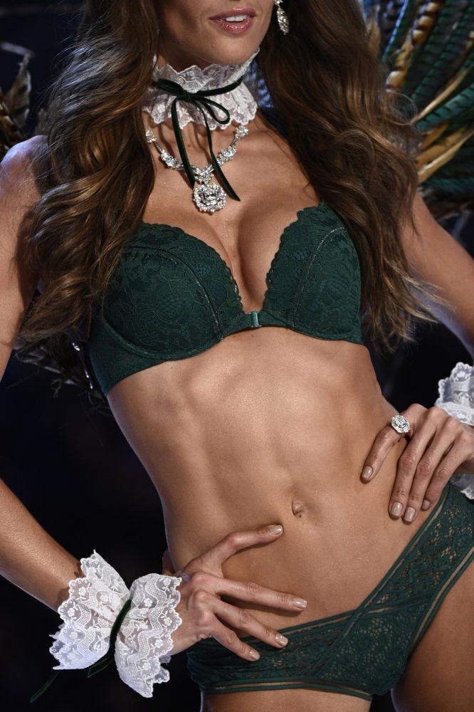 Модель Изабель Гулар на показе мод в рамках шоу Victoria's Secret 2016 в Париже