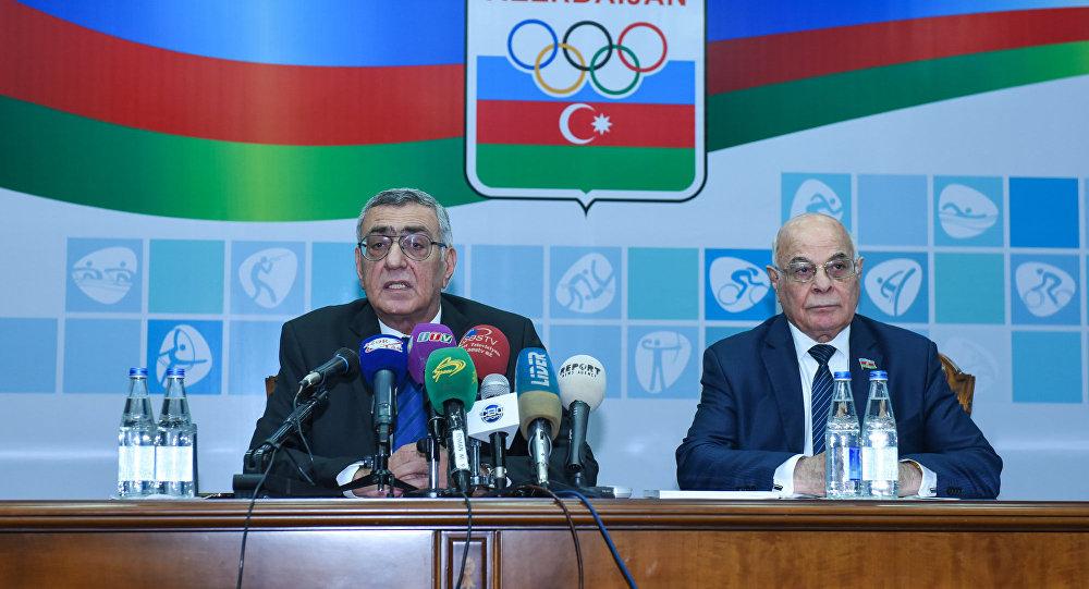 Чингиз Гусейнзаде (слева) и Агаджан Абиев в ходе пресс-конференции по результатам VII генерального отчетно-выборного собрания НОК Азербайджана