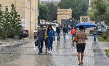 Студенты перед Бакинским государственным университетом, фото из архива