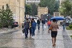 Прохожие перед Бакинским государственным университетом, архивное фото