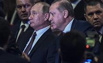 Президент РФ Владимир Путин и глава Турции Реджеп Тайип Эрдоган общаются в ходе XXIII Всемирного энергетического конгресса, Стамбул, 10 октября 2016 года