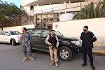 Ливийские силы безопасности стоят на страже перед зданием посольства Турции в столице Триполи, 9 ноября 2016 года