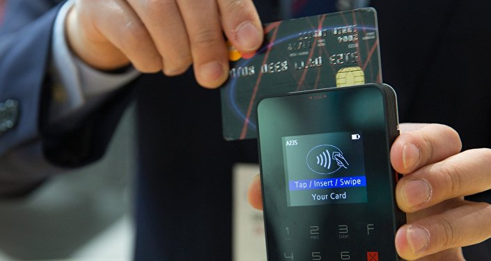 Кредитная карта и POS-терминал, фото из архива