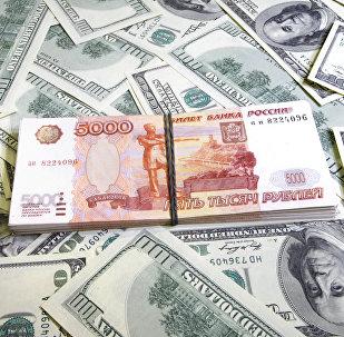 Пачки американских долларов и российских рублей