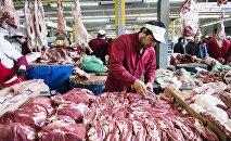 Продавцы и покупатели в мясном отделе, фото из архива