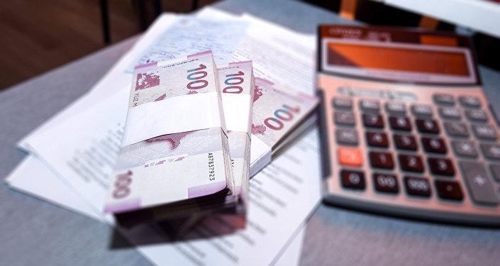 Пачки азербайджанских манатов на столе