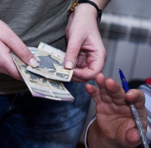 Женщина считает деньги, фото из архива