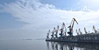 Портовые краны в Бакинском морском торговом порту, фото из архива