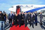 Израильского премьера Биньямина Нетаньяху и его супругу Сару Нетаньяху встретили в бакинском аэропорту вице-премьер Али Ахмедов и другие официальные лица