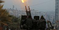 Бойцы Свободной армии Сирии у зенитной установки недалеко от Алеппо, Сирия, 13 декабря 2016 года
