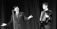 Индийский киноактер Радж Капур выступает в Зеленом театре в ходе IV Московского международного кинофестиваля в Москве, 5 июля 1965 года