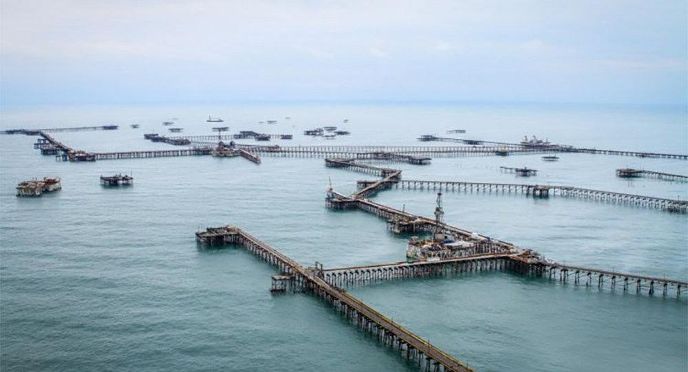 Десять нефтяников пропали при обрушении эстакады напункте сбора нефти вАзербайджане