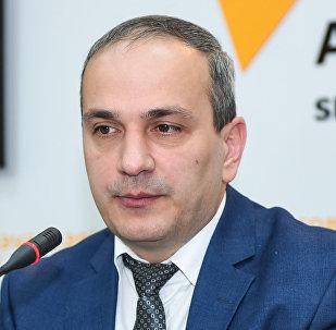 Экономист Самир Алиев в ходе круглого стола на тему Экономические проблемы и пути их решения в уходящем году