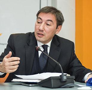 Политолог Ильгар Велизаде в ходе круглого стола на тему Экономические проблемы и пути их решения в уходящем году