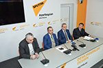 Слева направо: экономисты Фуад Ализаде, Руслан Атакишиев, Самир Алиев и политолог Ильгар Велизаде в ходе круглого стола на тему Экономические проблемы и пути их решения в уходящем году