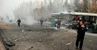 Люди около взорванного автобуса в турецком городе Кайсери, 17 декабря 2016 года