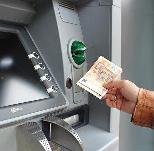 Bankomatdan pul çıxaran adam, arxiv şəkli