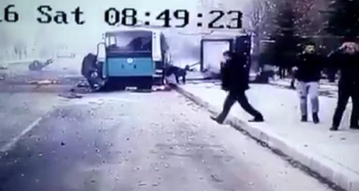 Момент взрыва заминированной машины возле автобуса с военными в турецком Кайсери