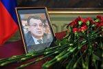 Цветы у портрета посла России в Турции Андрея Карлова в здании министерства иностранных дел РФ