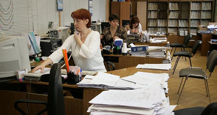 Офисные работники, фото из архива