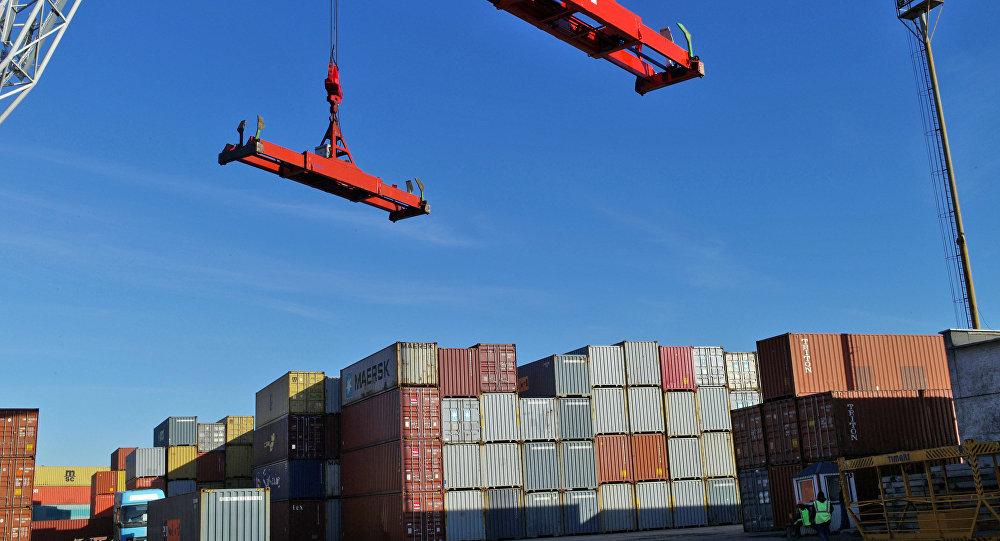 Отгрузка и разгрузка товаров на грузовом контейнерном терминале, фото из архива
