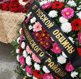 Люди несут цветы к посольству РФ в Баку в память о жертвах авиакатастрофы
