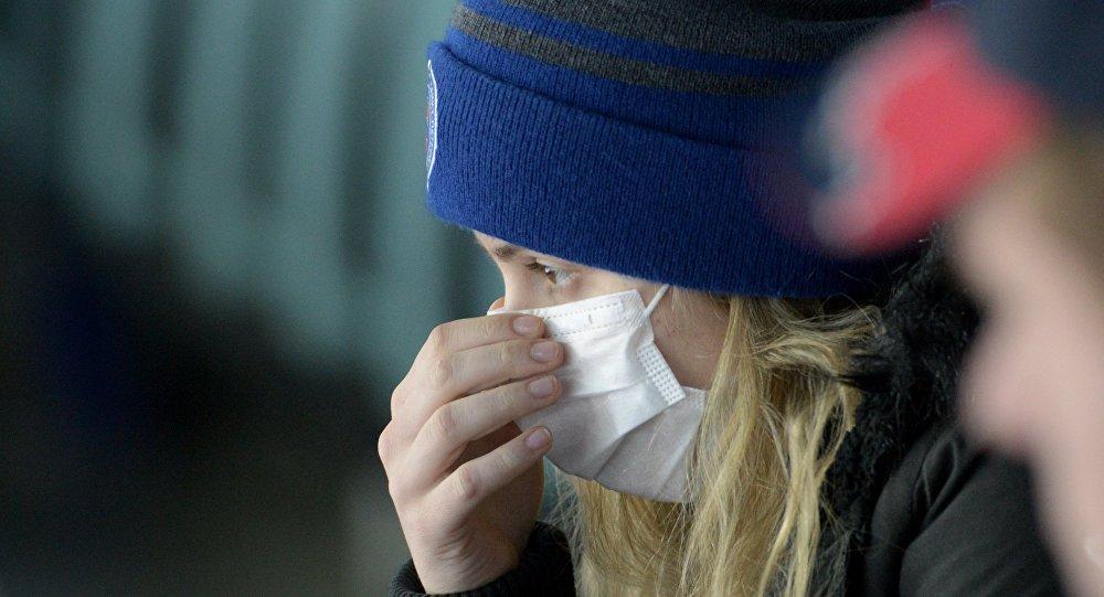 Девушка в медицинской маске, архивное фото