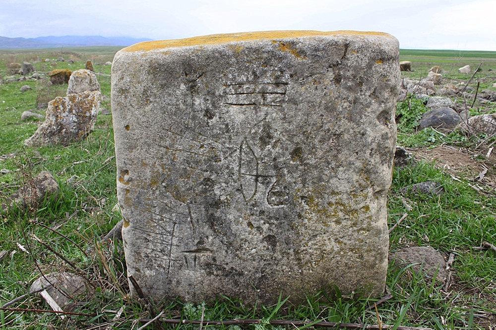 Nərgiztəpədə tapılmış, üzərinə ox, kaman işarələri, damğalardan ibarət naxışlar çəkilmiş qəbirüstü daş