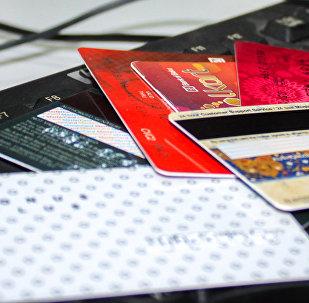 Кредитные карты на компьютерной клавиатуре, фото из архива