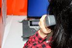 Девушка разговаривает по телефону, фото из архива