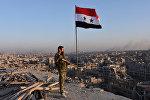 Военный сирийской армии на крыше здания в Алеппо, архивное фото