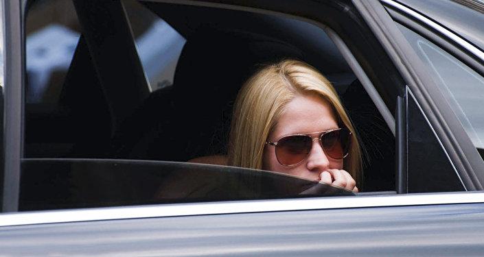 Девушка в салоне автомобиля, фото из архива